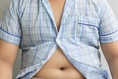 Exceso de peso gordo del muchacho Camisa apretada Fotos de archivo