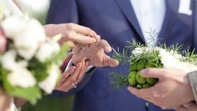Exchanginge de los anillos de bodas almacen de video