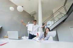 Excied bedrijfsmens in het bureau Stock Foto