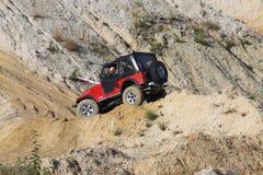 Excitação fora do drivig da estrada em um poço de vencimento da areia Imagens de Stock Royalty Free