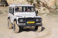 Excitação fora do drivig da estrada em um poço de vencimento da areia Fotografia de Stock Royalty Free