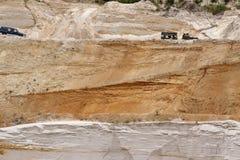 Excitação fora do drivig da estrada em um poço de vencimento da areia Fotografia de Stock