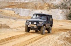 Excitação fora do drivig da estrada em um poço de vencimento da areia Foto de Stock
