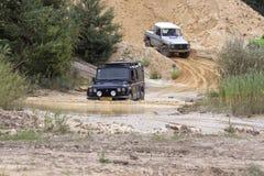 Excitação fora do drivig da estrada em um poço de vencimento da areia Imagem de Stock