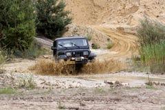 Excitação fora do drivig da estrada em um poço de vencimento da areia Imagens de Stock