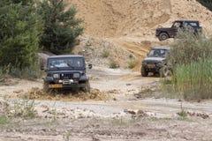 Excitação fora do drivig da estrada em um poço de vencimento da areia Imagem de Stock Royalty Free