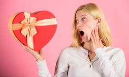 Excitado sobre o presente do dia de Valentim Cada menina amaria no dia de Valentim Presente romântico da surpresa para ela Coraçã imagens de stock
