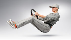 Excitador de carro da menina com uma roda Fotografia de Stock Royalty Free