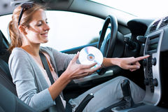 Excitador fêmea que joga a música no carro Fotos de Stock