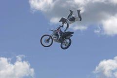 Excitador transportado por via aérea da cruz do moto Imagem de Stock