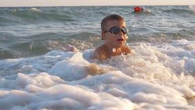 Excitan al niño con las ondas del mar que lo cubren metrajes