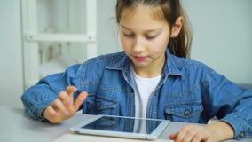 Excitan a la niña con imágenes en la pantalla de la tableta almacen de video