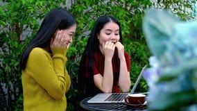 Excitaron a las dos muchachas para conseguir buenas noticias en Internet Imagenes de archivo
