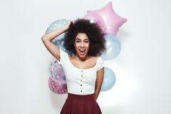 Excitation et bonheur Jeune femme afro-américaine étonnée tenant les ballons colorés, regardant la caméra et le sourire photos stock