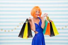 excitation La femme heureuse vont faire des emplettes r Dernières préparations grande vente dans le centre commercial heureux photos libres de droits