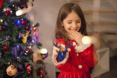 Excitation près de Noël de petit enfant avec le costume de Santa photo libre de droits