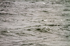 Excitation sombre au milieu de la mer par temps nuageux photos stock