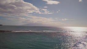 Excitcing skott av det blåa Stilla havet under molnig himmel på ön maui, hawaii stock video