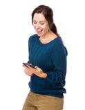 Excite la mirada de la mujer en el teléfono móvil fotos de archivo