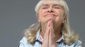 Excited åldrig kvinna som drömmer sammanfogande händer som gör önska, förväntan, fantasi arkivfilmer
