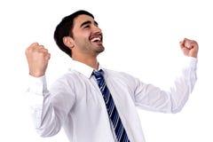 Excited бизнесмен празднует путем нагнетать кулаки Стоковая Фотография RF