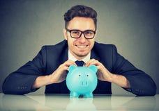 Excited бизнесмен с фондами в копилке стоковые изображения rf