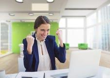 Excited бизнес-леди на столе смотря компьютер Стоковые Изображения