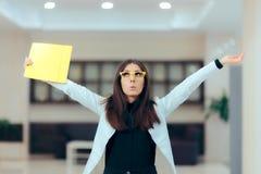 Excited бизнес-леди задерживая важные документы Стоковое фото RF