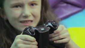 Excited девушка нажимает кнопки кнюппеля, наркоманию видеоигры сток-видео