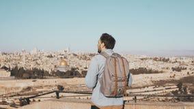 Excited европейский туристский мужчина смотрит вокруг святейшие люди Израиля Иерусалима еврейские большая часть один люд устанавл акции видеоматериалы