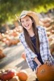 Excited девушка на заплате тыквы Стоковое Фото