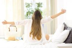 Excited женщина празднуя каникулы в гостиничном номере Стоковая Фотография