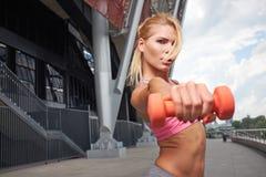 Excited женщина тренируя outdoors Стоковые Изображения