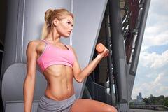 Excited женщина тренируя outdoors Стоковая Фотография