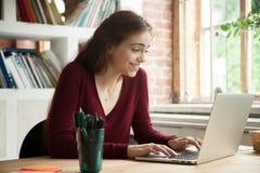 Excited женщина удивленная с хорошими новостями чтения онлайн стоковые изображения rf