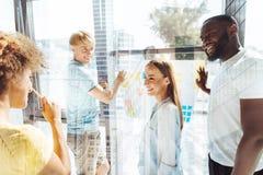 Excited жизнерадостные коллеги обсуждая новые стратегии бизнеса Стоковая Фотография RF