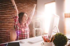 Excited исполнительная власть используя настольный компьютер в офисе Стоковая Фотография