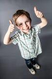 Excited маленький красный ребенок волос при веснушки подсчитывая до одно или говоря О'КЕЫ Стоковые Изображения RF