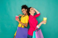 Excited многонациональные девушки с хозяйственными сумками Стоковое Изображение RF