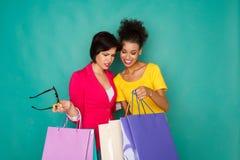 Excited многонациональные девушки с хозяйственными сумками Стоковая Фотография