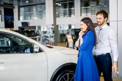 Excited молодая женщина в восхищении ее нового автомобиля стоковое изображение rf
