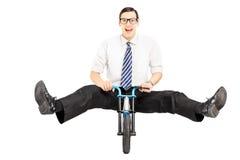 Excited молодой бизнесмен при связь ехать малый велосипед стоковые фотографии rf