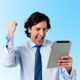 Excited молодой профессионал с ПК таблетки стоковое изображение rf