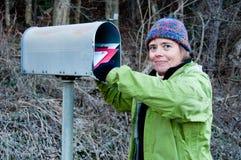 Excited находки женщины получают красное письмо Стоковое Изображение RF