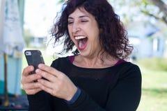 Excited новости сотового телефона стоковая фотография