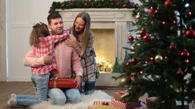 Excited отец удивленный подарком рождества семьи сток-видео
