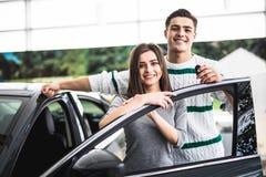 Excited пары покупая автомобиль на торговце Стоковое Изображение RF