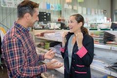 Excited покупки женщины в бутике Стоковая Фотография RF