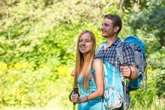 Excited путешественники путешествовать молодого человека и женщины внешний Стоковое Изображение