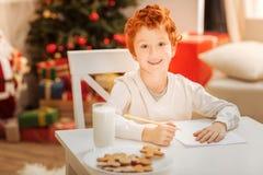 Excited ребенк наслаждаясь праздниками рождества дома Стоковые Изображения RF